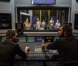 Studenter in action på programmet Audio Engineering & Sound Production