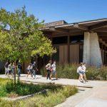 Studenter promenerar på Foothill campus