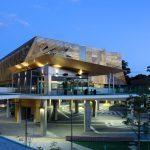 Utbildningar på Edith Cowan i Perth på blueberry.nu - Skolbyggnad i skymning