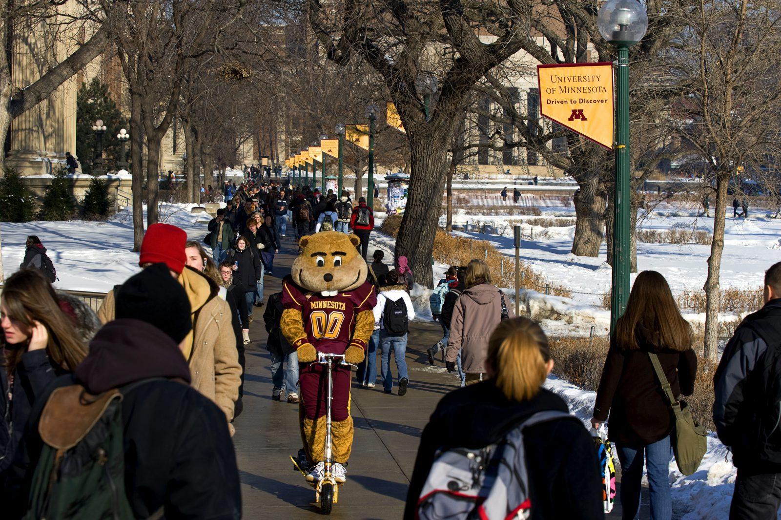 Skolans maskot cyklar på campus