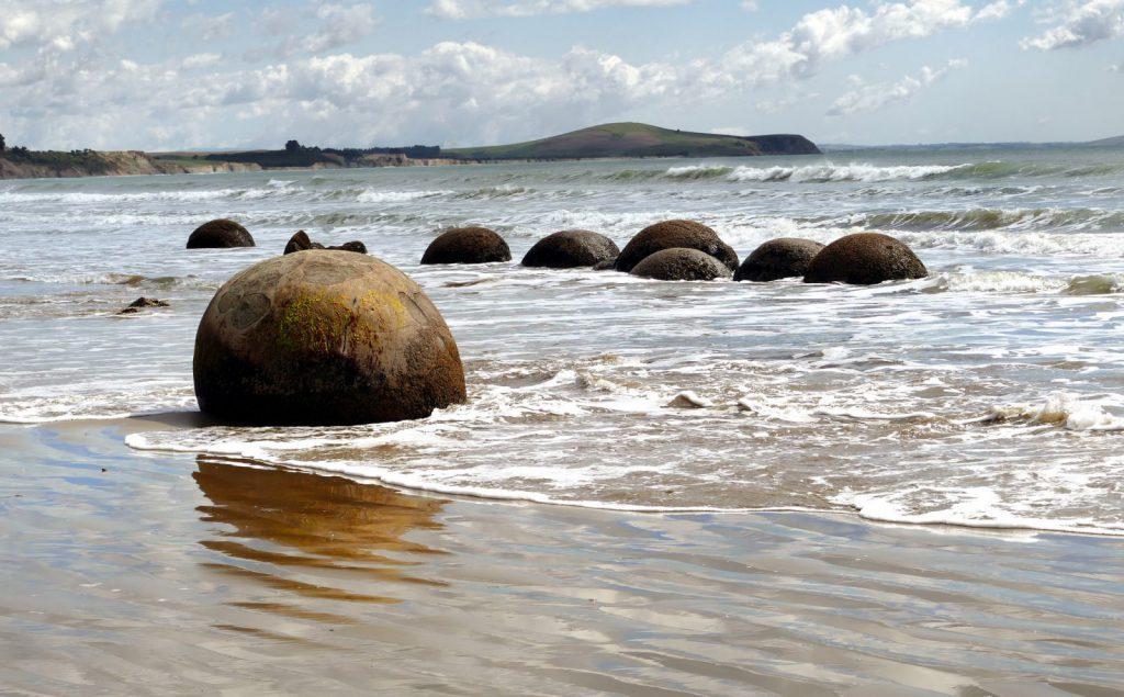 Hajk, stranden, runda stenar.