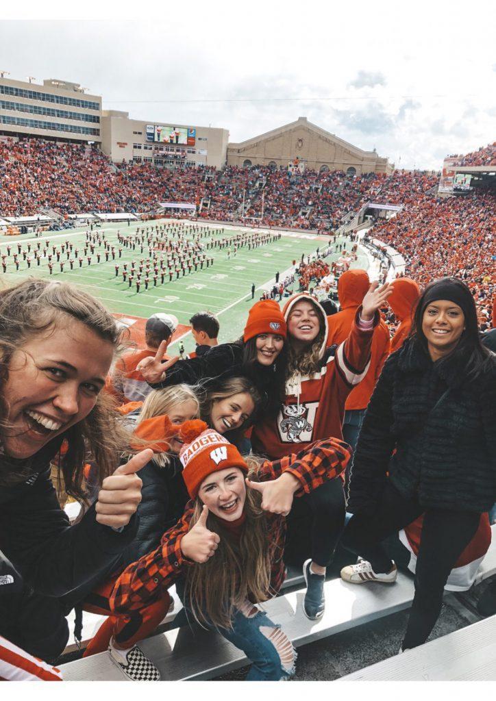 Studenter tittar på amerikansk fotboll