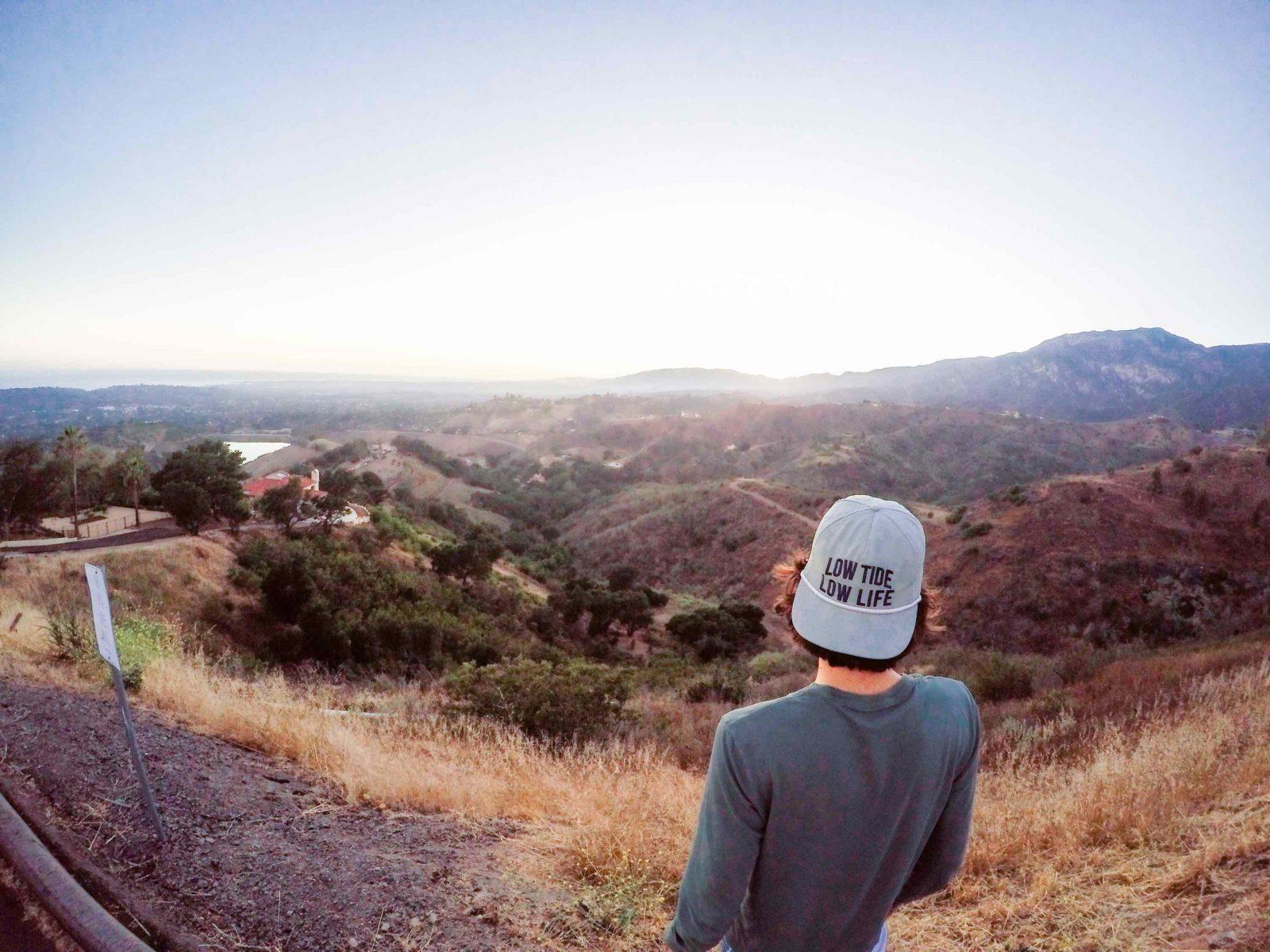 Kille tittar ut över berg i Santa Barbara