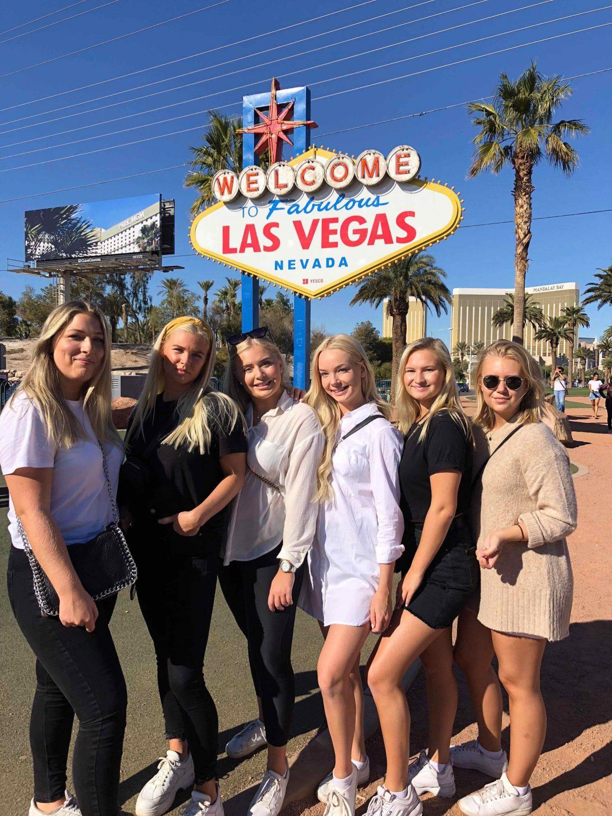Tjejgänget vid Las Vegasskylt