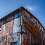 Byggnad med grafitti i Berlin