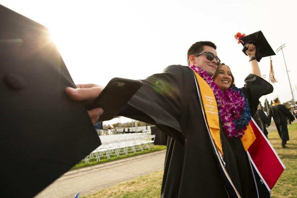 Studera på CSU Fullerton, California State University Fullerton, graduate, vänner, solsken, fira, ansök hos blueberry.nu