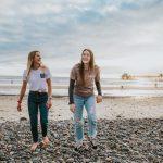 Tjejer går på strand