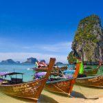 Strand med båtar i Phuket