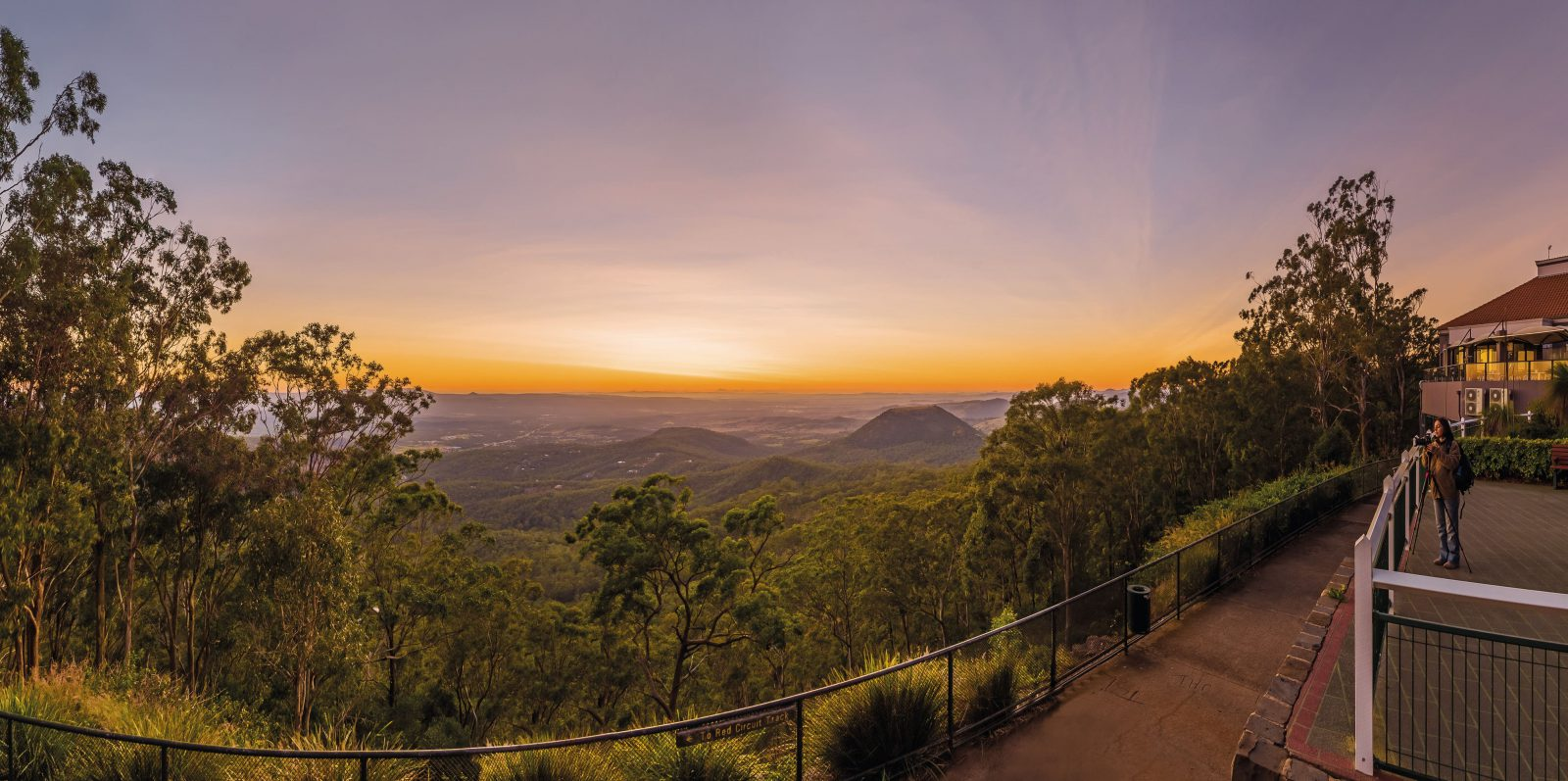 Solnedgång bland bergen i Queensland
