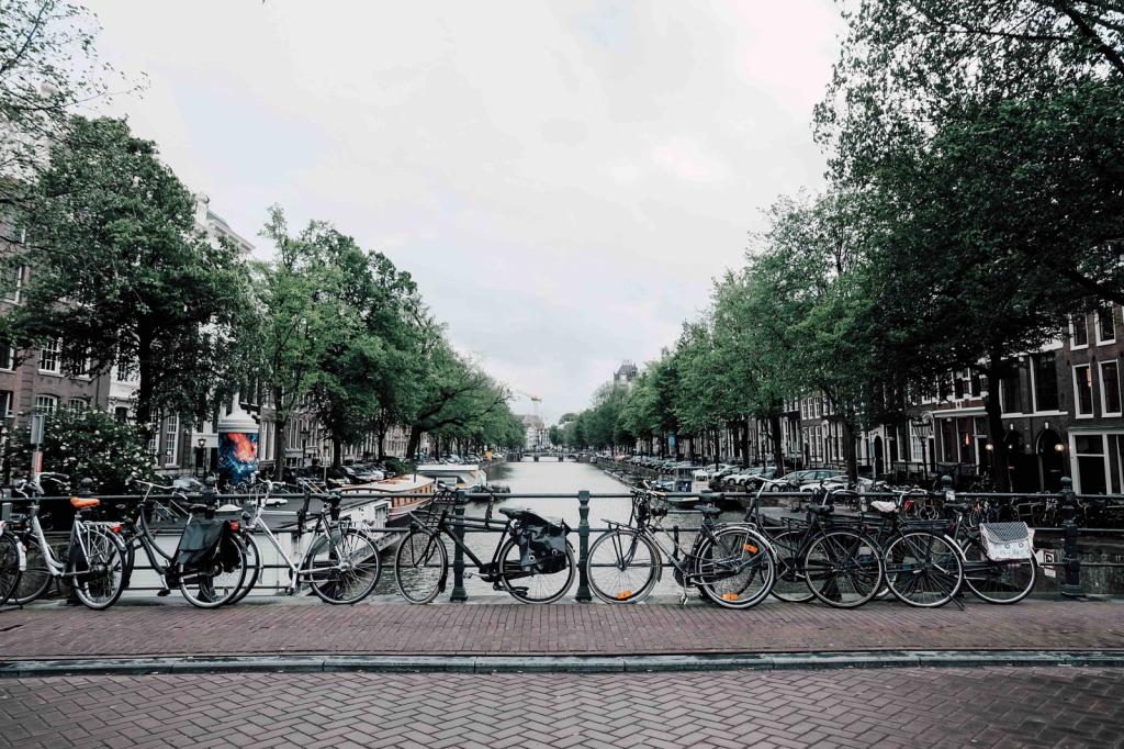 Cyklar parkerade vid kanal