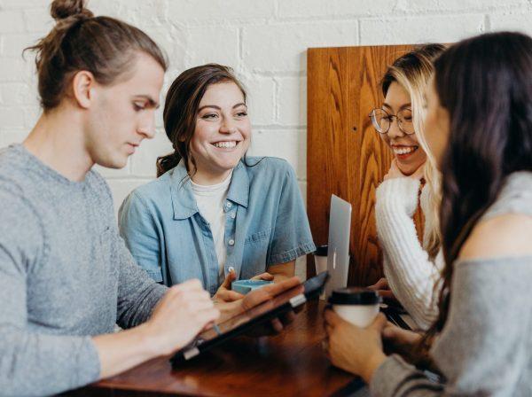 Kollegor vid ett bord