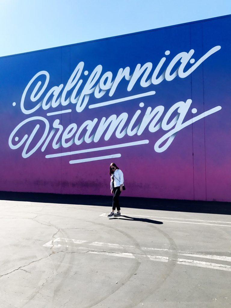 Student framför vägg i Los Angeles