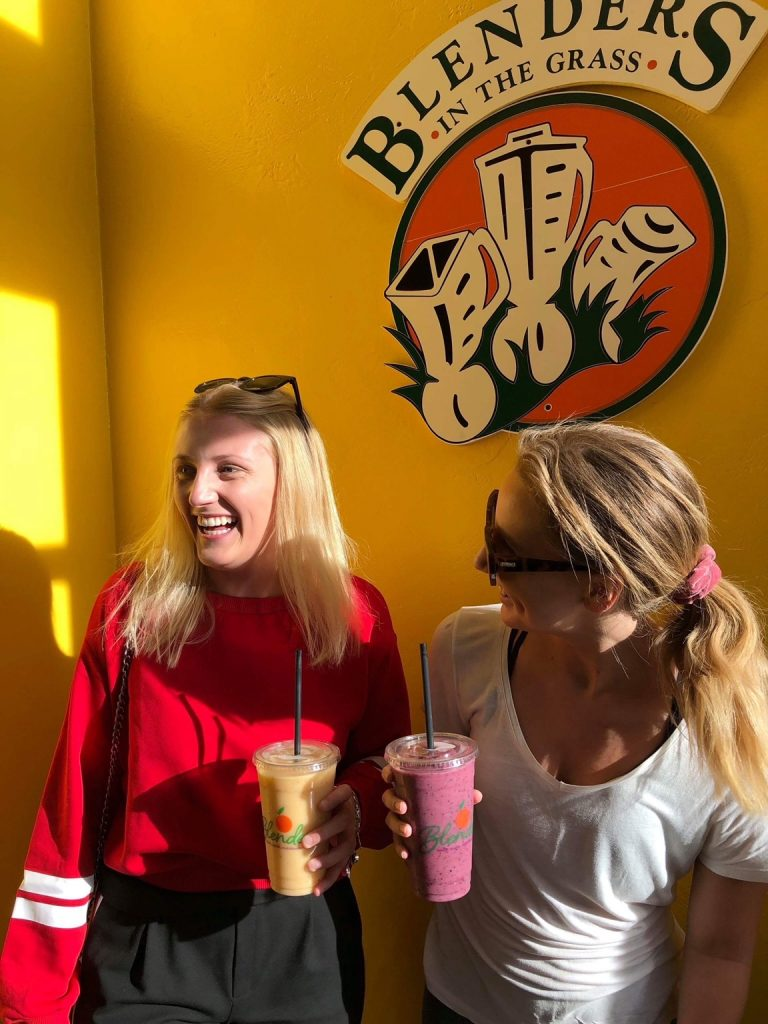 Studenter på juicebar i Santa Barbara