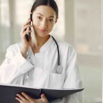 Läkare pratar i telefon