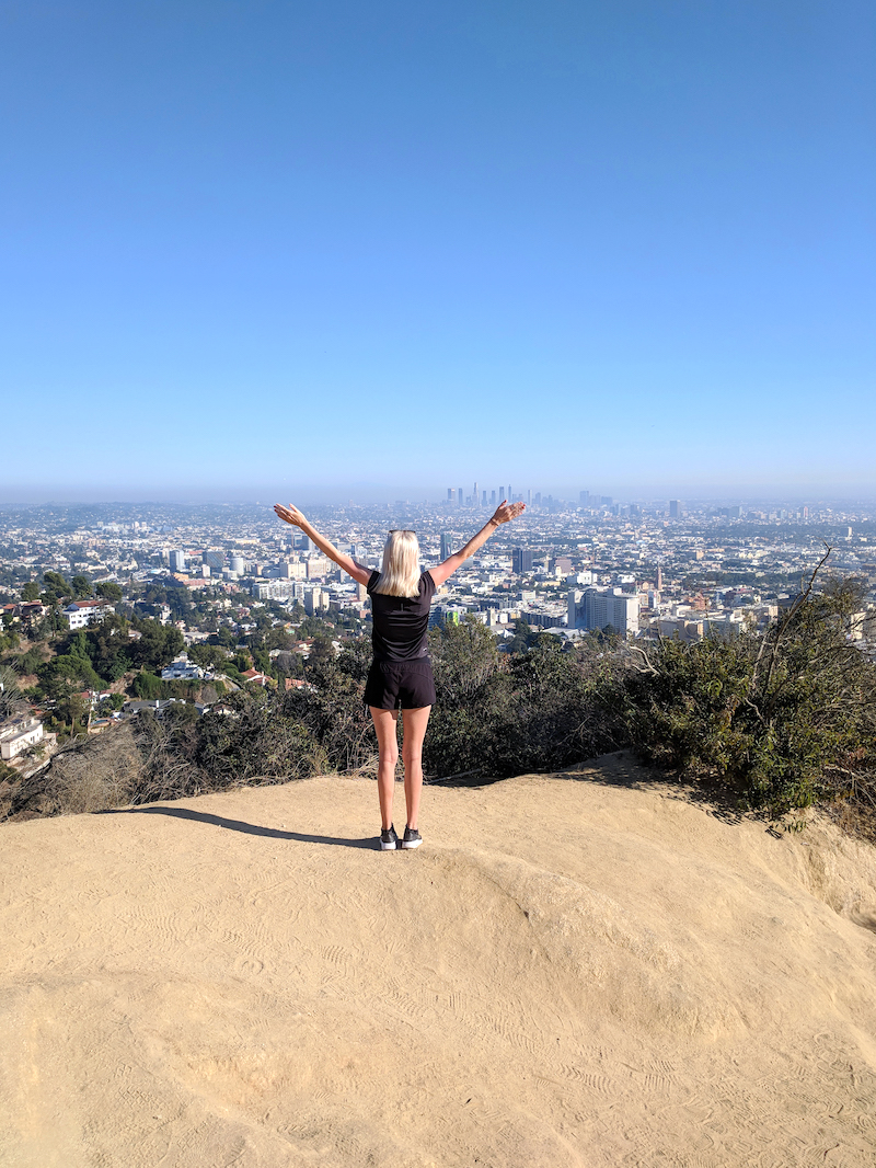 Tjej på toppen av Runyon Canyon i LA