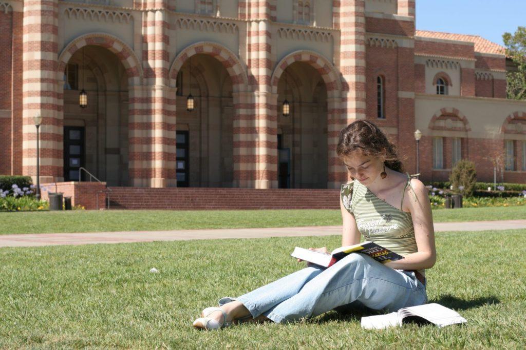 Tjej läser bok