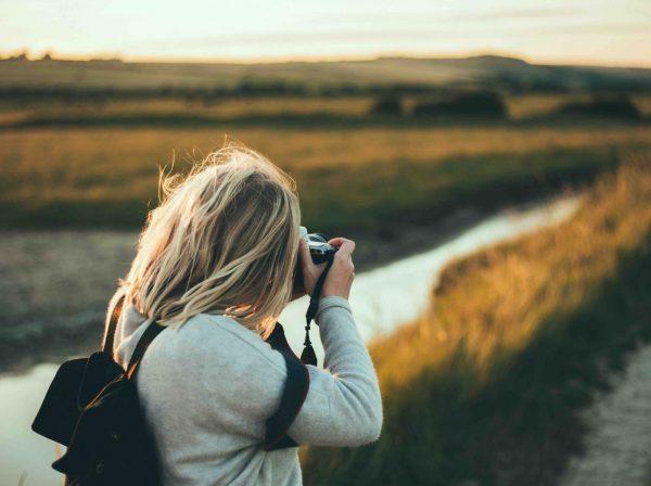 Tjej fotograferar