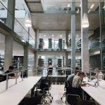 Biblioteket på LSMU (Lithuanian University of Health Sciences) med studenter som läser