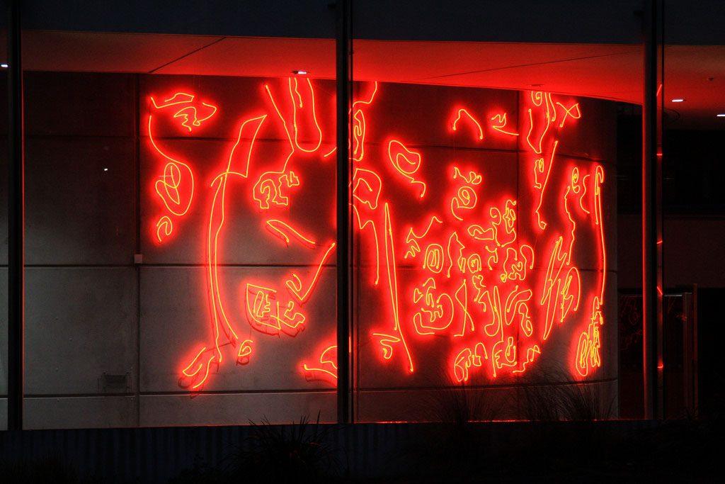 Konst i form av rött neon ljus